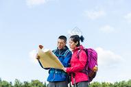 户外远足情侣看地图501060866图片