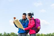 户外远足情侣看地图501060867图片
