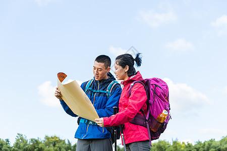 户外远足情侣看地图图片