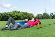 户外远足情侣睡觉图片