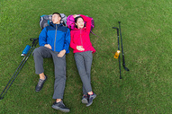 户外远足情侣草地睡觉图片