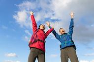 户外远足情侣高举双手图片