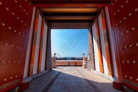 湖北襄阳唐城宫殿朱门图片