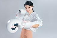 年轻商务女子戴着拳击手套图片