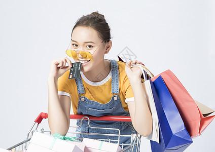 女性信用卡购物图片