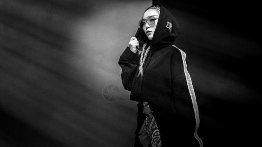 时尚街舞美女黑白图片