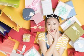 女性购物礼物图片