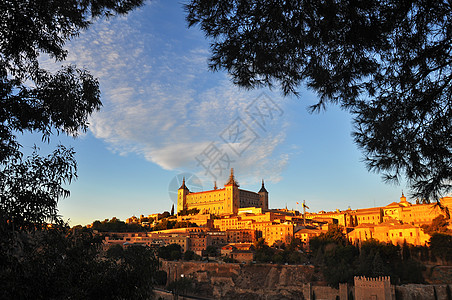 秋天夕阳下金色的托莱多阿尔卡萨尔城堡图片
