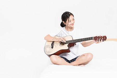弹吉他的女生图片