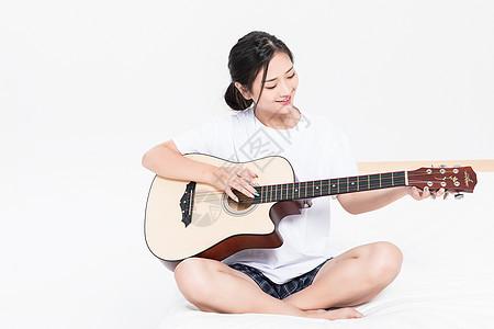女生弹吉他图片
