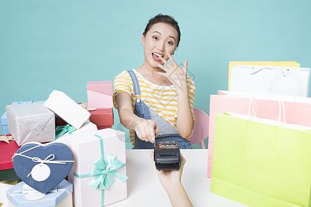 女性购物刷卡图片