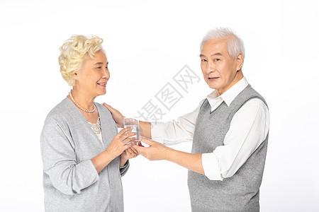 奶奶给爷爷递水图片