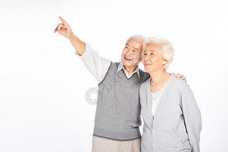 老年夫妻指向远方图片