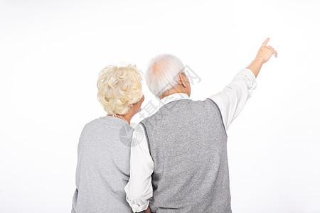 老年夫妻指向远方背影图片