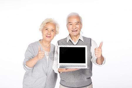 老年人手拿电脑图片