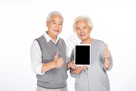 老年人手拿平板图片
