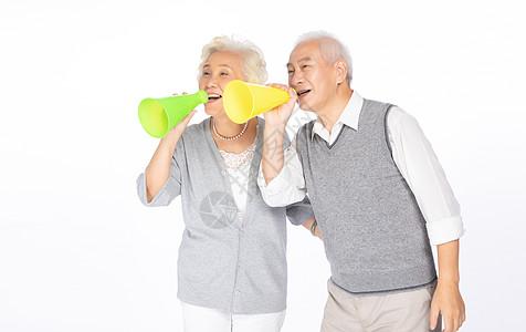老年人手拿喇叭图片