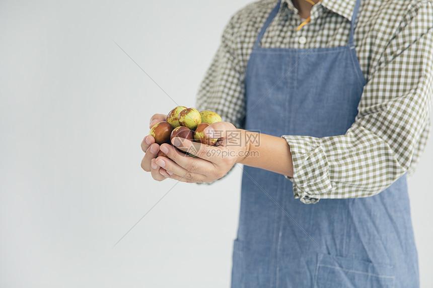 手捧冬枣水果图片