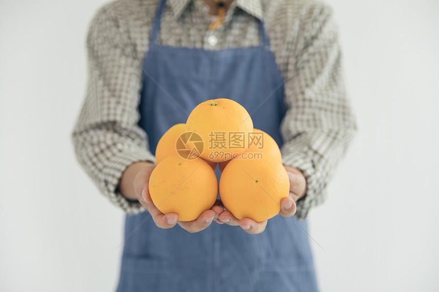手捧橙子图片