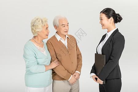 老年夫妻与保险职员图片
