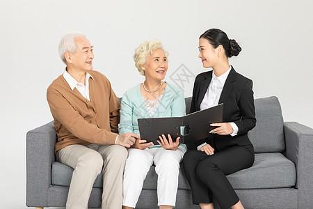 老人咨询保险图片