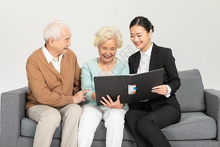 老年夫妻与财务顾问图片