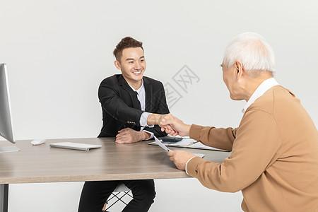 老年人保险咨询形象图片