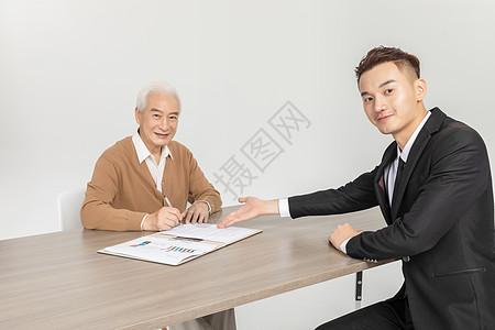 老人签订保险图片
