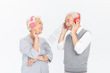 老年人戴耳机听歌图片