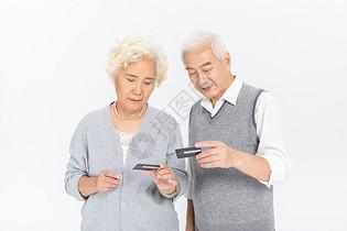 老年夫妻与信用卡图片