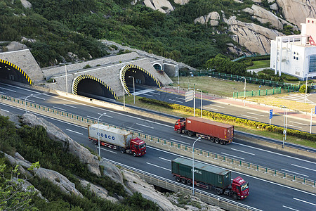 公路上的货车图片