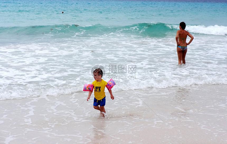 巴巴多斯海边放手在海边玩耍图片