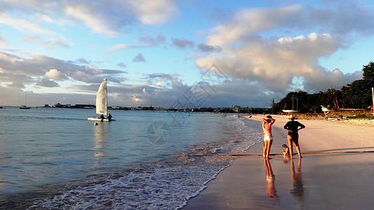 巴巴多斯美丽的海与沙滩让孩子再玩一会黄昏图片