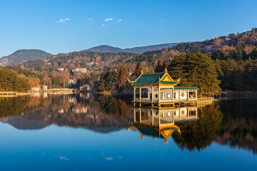 江西九江庐山如琴湖夕阳图片