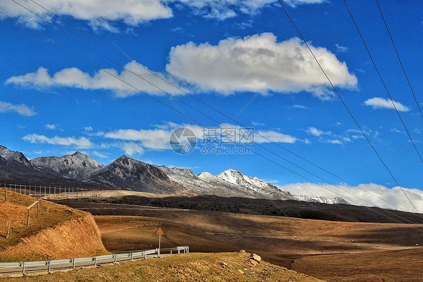 川西塔公乡秋草黄和雅拉雪山图片