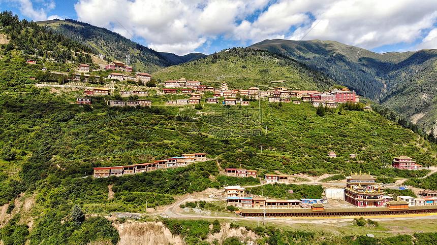川西沿山而建的藏族村落图片