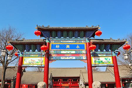 冬日西安永兴坊的彩绘牌坊图片