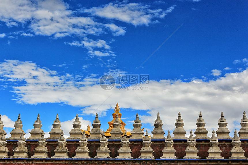 甘孜萨迦派寺庙的金顶图片