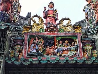 广州陈家祠精雕细琢的顶檐陶塑图片