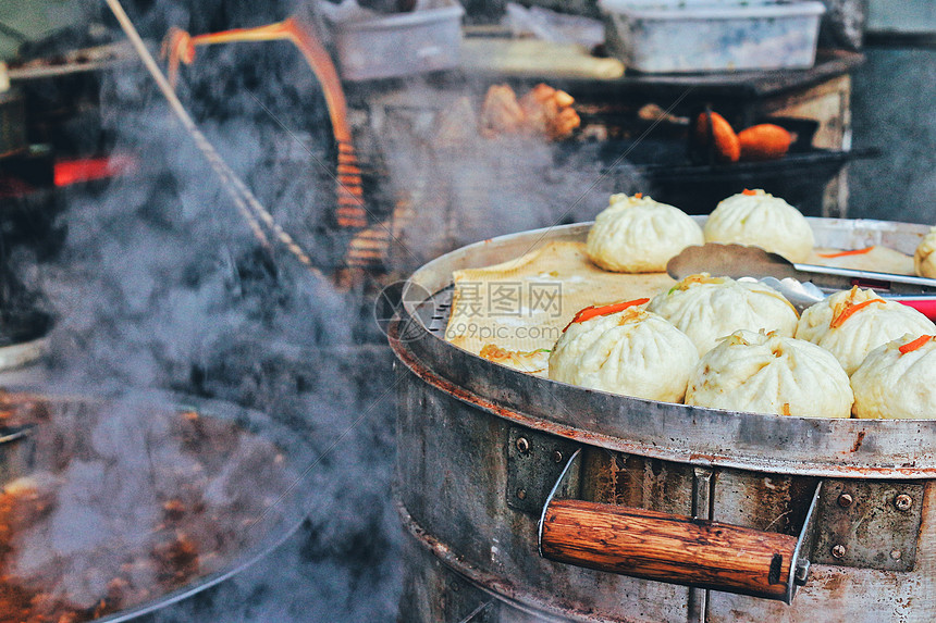 西安晨间包子铺热气腾腾的早餐图片
