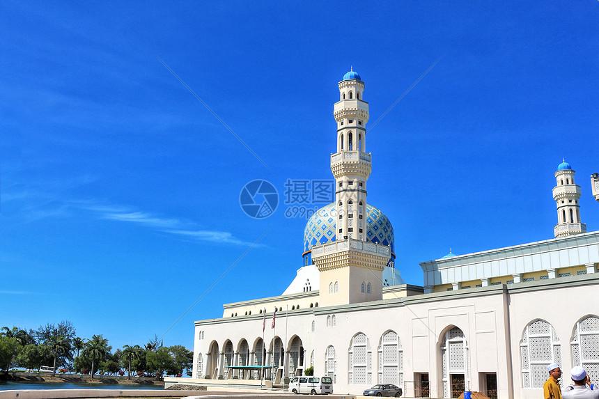 亚庇海边矗立的清真寺图片