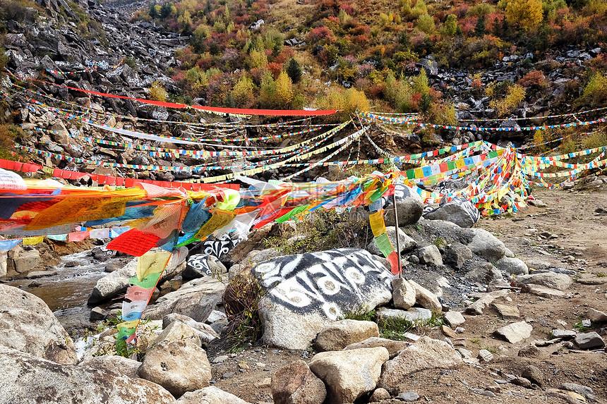 中国最美318国道旁的玛尼石堆图片