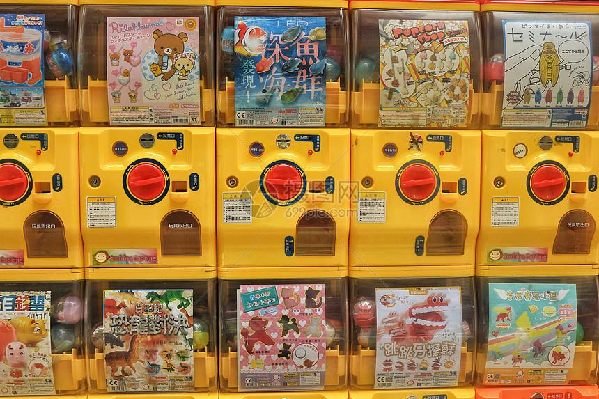 香港街头糖果色的扭蛋机图片