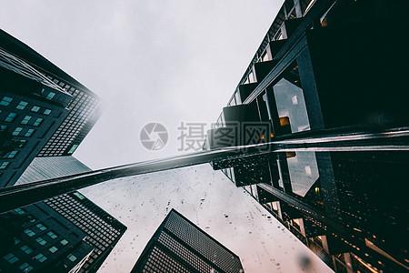 仰拍城市阴天图片
