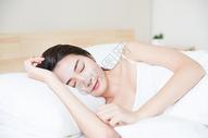 年轻美女床上睡觉图片