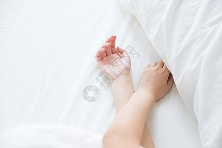 床上女性手部特写图片