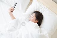 年轻女性睡觉看手机图片