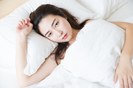 年轻女性睡觉醒来图片