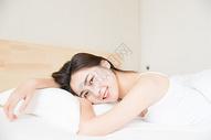居家可爱女孩醒来501071580图片