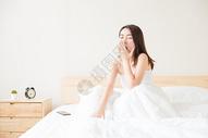 年轻女性起床打哈欠图片